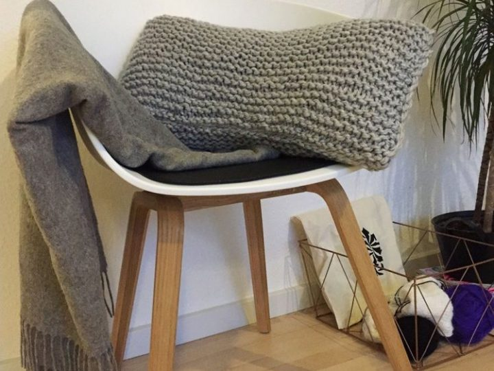 Super easy, super gorgeous chunky wool pillow – free knitting pattern